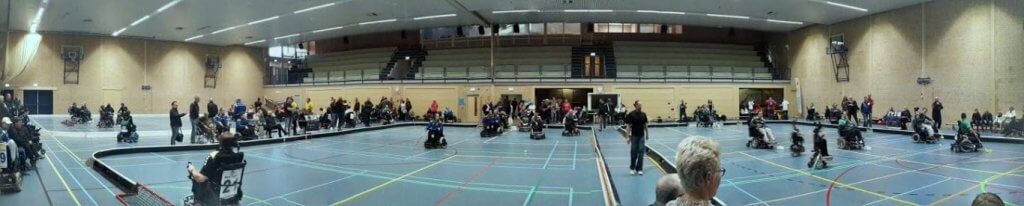 Panorama foto tijdens competitiedag in Zwolle. Op 3 hockeyvelden worden wedstrijden gespeeld.f
