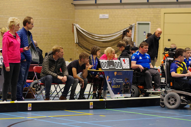Trainer Donald aandachtig toeschouwer bij 3 wedstrijd Zwollywood Sticks. Stand is nog 0-0
