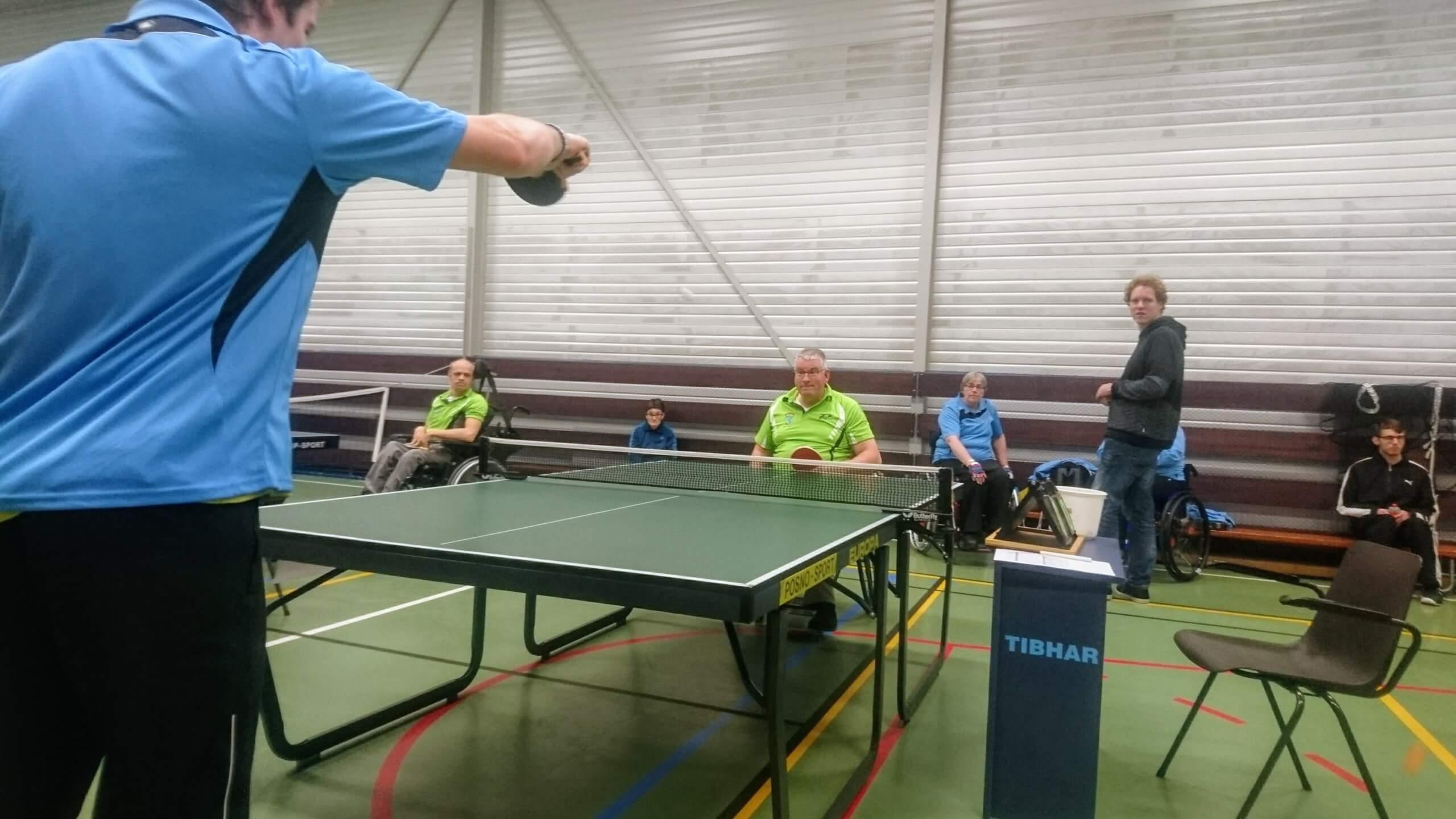 Herman ontvangt de bal tijdens een tafeltenniswedstrijd