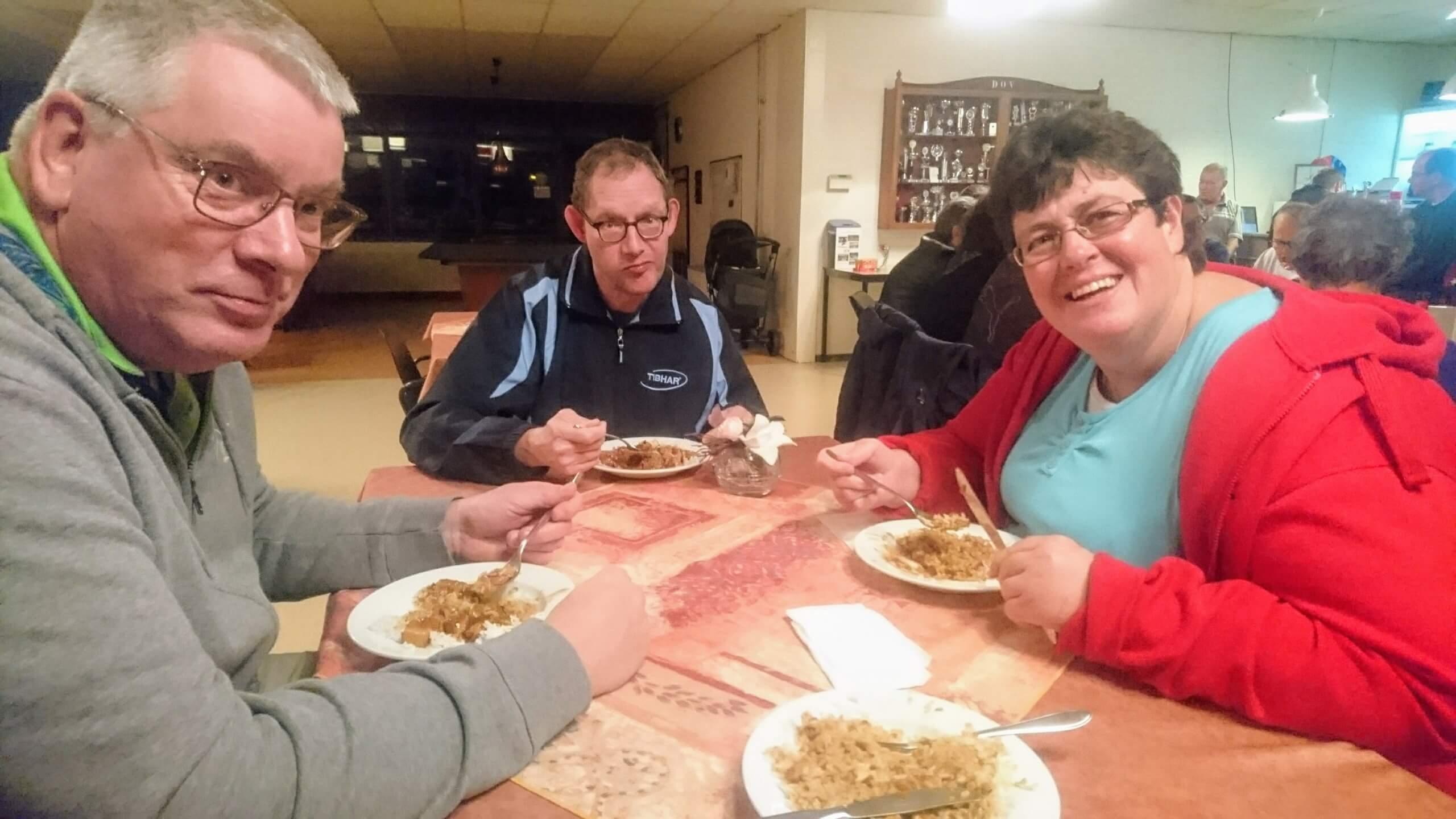 Herman, Reinard en Hanneke geniet van Hete Kip