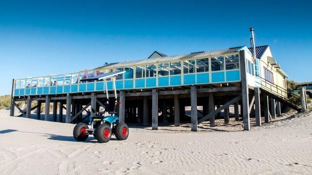Strandrolstoel bij strandpaviljoen Heartbreak Hotel Terschelling